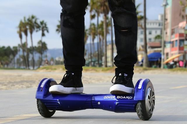 Le hoverboard, sorte de skateboard électrique avec deux grosses roues, est... (PHOTO AFP)