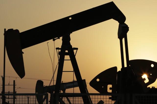 Les cours du pétrole ont terminé en forte baisse lundi à New York, après de... (PHOTO HASAN JAMALI, ARCHIVES AP)