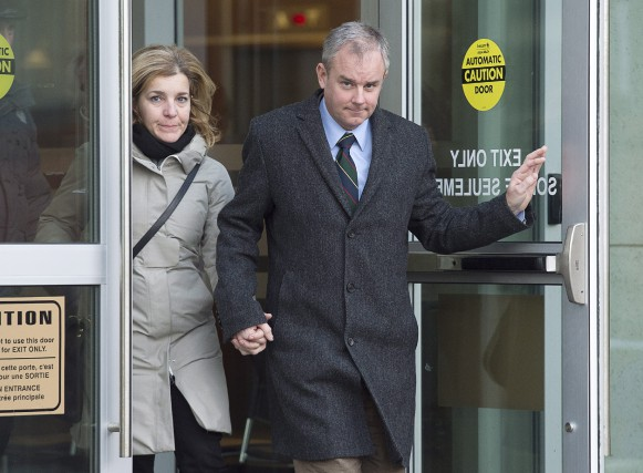 Dennis Oland et son épouse Lisa quittent la... (PHOTO ANDREW VAUGH, LA PRESSE CANADIENNE)