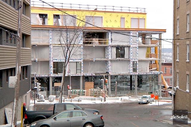L'immeuble Le Tandem est en chantier depuis un... (Le Soleil, Frédéric Matte)