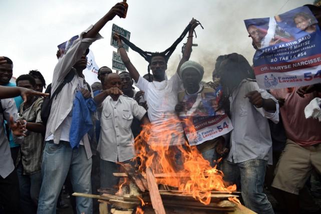 Environ 2000 à 3000 personnes ont manifesté mercredi,... (PHOTO AFP)