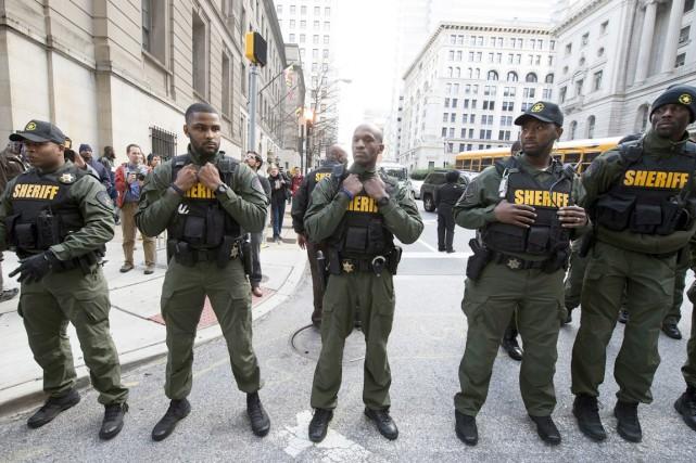 Des policiers ont monté la garde près du... (Agence France-Presse)