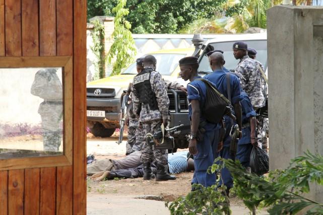 Des soldats et des policiers burundais fouillent des... (PHOTO JEAN PIERRE AIMÉ HARERIMANA, REUTERS)
