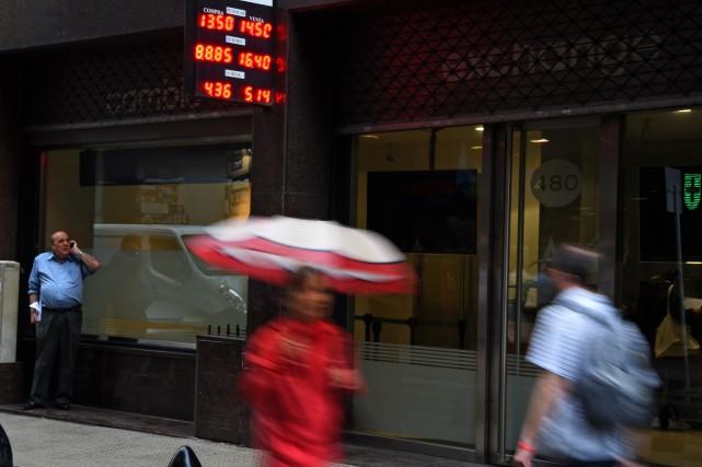 Le peso argentin s'est effondré jeudi face au dollar, au lendemain de la levée... (PHOTO EITAN ABRAMOVICH, AFP)