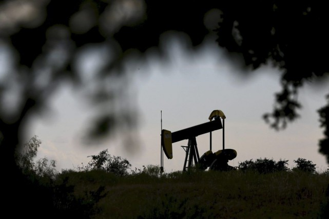 An oil pump jack can be seen in... (PHOTO MIKE STONE, ARCHIVES REUTERS)