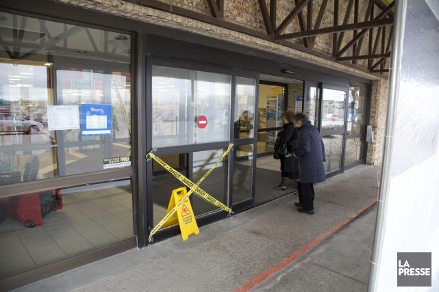 Un voleur téméraire a défoncé les portes vitrées du magasin Sears du Carrefour... (Spectre Média, René Marquis)