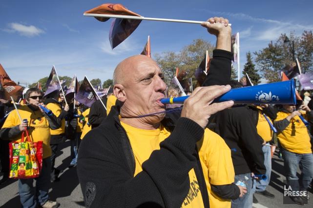 Un manifestant lors d'un regroupement du front commun... (PHOTO ROBERT SKINNER, ARCHIVES LA PRESSE)