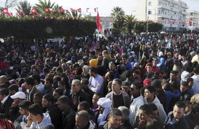 Les Tunisiens se sont rassemblés au centre de... (AP, Hassene Dridi)