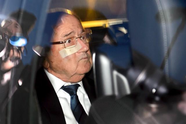 Joseph Blatter est arrivé à son audience en... (AFP, Fabrice Coffrini)