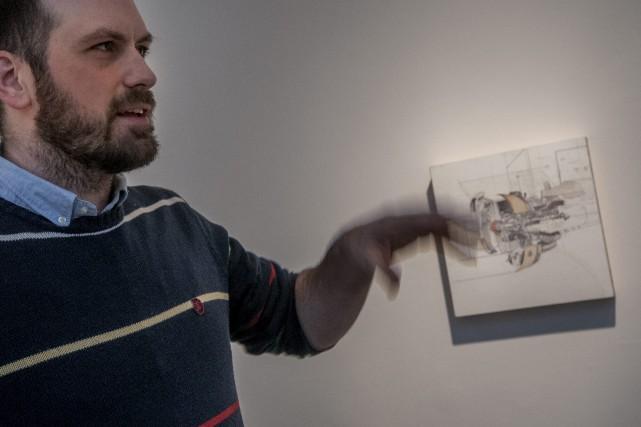 Philippe Chabot présente l'un des dessins qui ont... (Photo Le Progrès-Dimanche, Michel Tremblay)