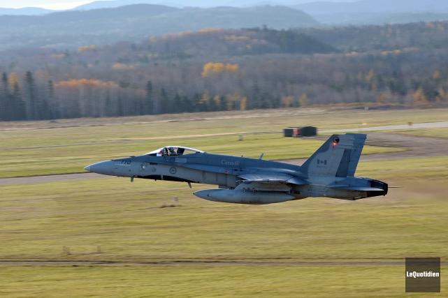 Un CF-18 canadien... (Rocket Lavoie, Archives Le Quotidien)