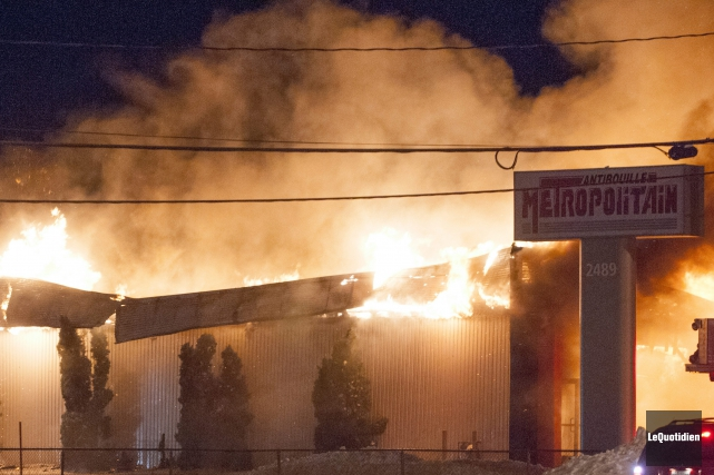 Un violent incendie a totalement ravagé le commerce... (Photo Le Quotidien, Michel Tremblay)