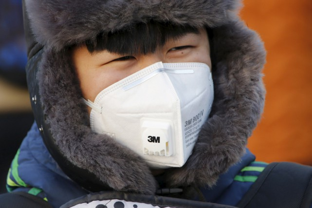 Un jeune homme porte un masque antipollution, à... (PHOTO KIM KYUNG-HOON, REUTERS)