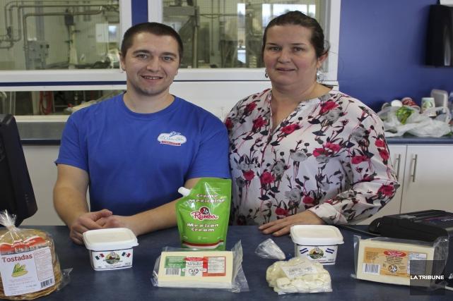 Le fromager Éric Richer et la copropriétaire de... (La Tribune, Yvan Provencher)