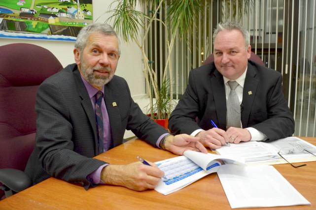 Le conseiller municipal MichelCôté et le maire JérômeLandry... (COLLABORATION SPÉCIALE JOHANNE FOURNIER)