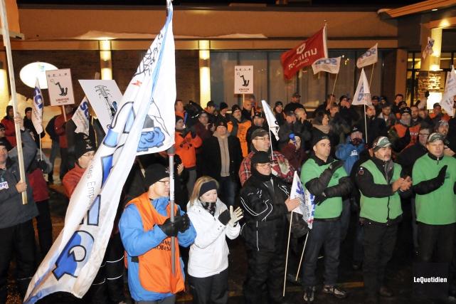 Plus d'une centaine de manifestants de différents syndicats... (Photo Le Quotidien, Mariane L. St-Gelais)