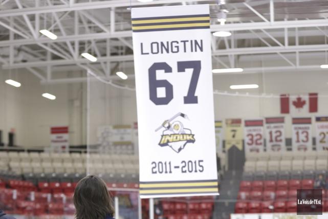 Érik Longtin devant la bannière qui rappellera à... (Catherine Trudeau, La Voix de l'Est)