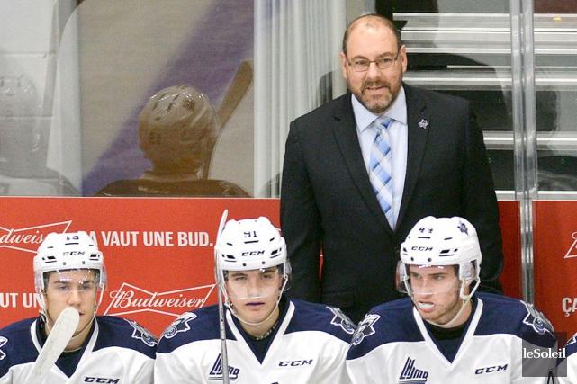 C'est Éric Dubois qui agissait comme entraîneur-chef derrière... (Photothèque Le Soleil, Pascal Ratthé)