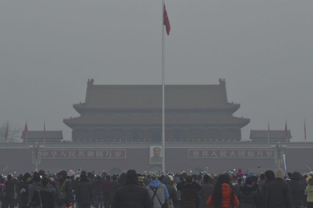Un brouillard blanchâtre était perceptible sur la place... (PHOTO REUTERS)