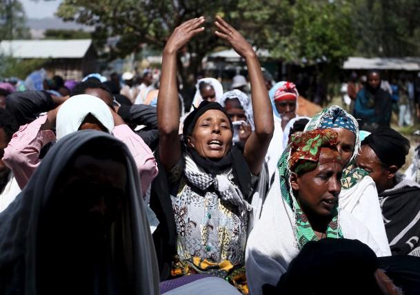 Des femmes pleurent la mort d'un enseignant au... (PHOTO TIKSA NEGERI, REUTERS)