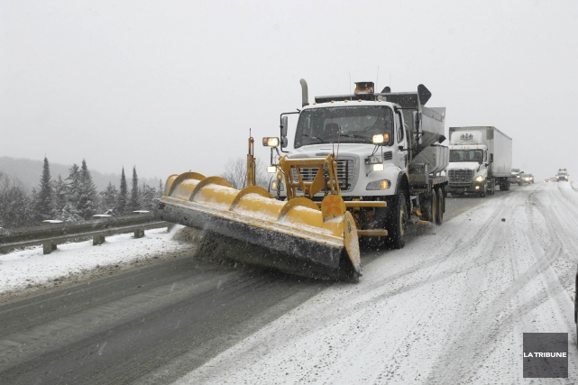 La prudence est de mise sur les routes en Estrie alors que la première neige de... (Archives, La Tribune)