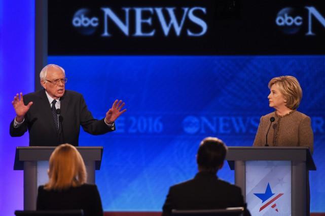 Les candidats démocrates Bernie Sanders et Hillary Clinton... (PHOTO JEWEL SAMAD, AFP)