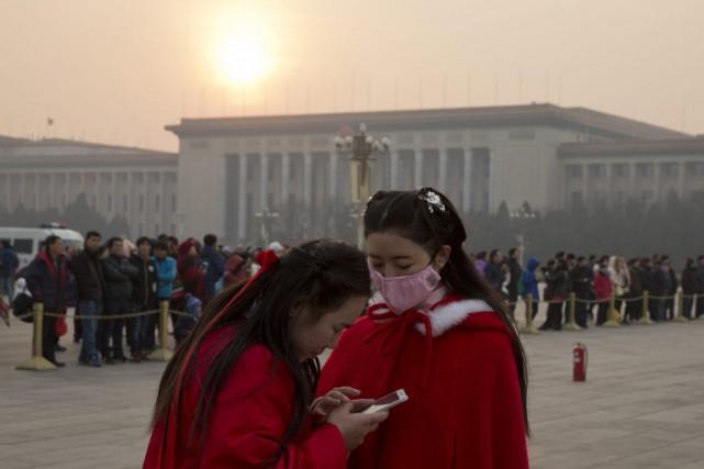Un brouillard blanchâtre estompait les contours des immeubles... (AP, Ng Han Guan)