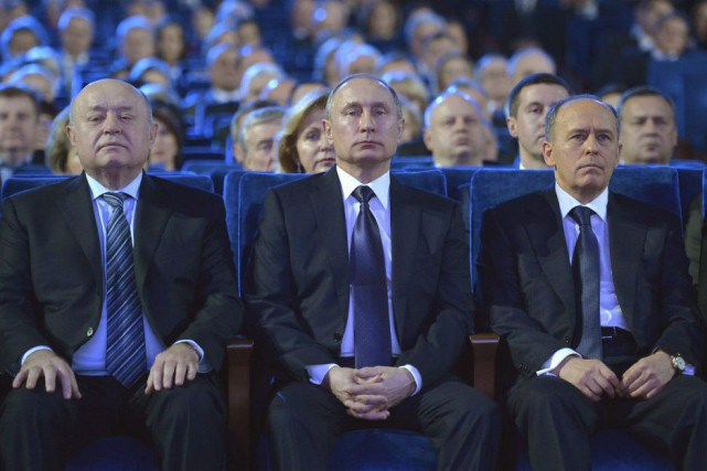 Le président Vladimir Poutine (au centre) assure qu'iln'a... (PHOTO ALEXEI DRUZHININ, AP)