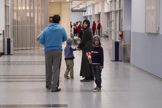 Des réfugiés arrivent à l'aéroport de Toronto.... (La Presse Canadienne, Chris Young)