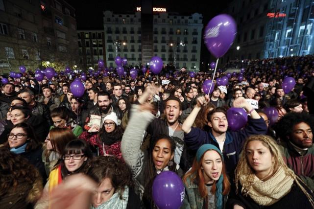 Des partisans de Podemos célèbrent dans les rues... (PHOTO REUTERS)