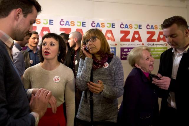 Des partisans du mariage gai attendent les résultats... (PHOTO AP)