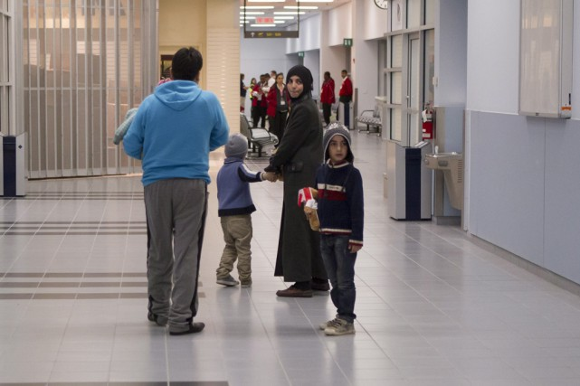 Des réfugiés arrivent à l'aéroport de Toronto.... (Archives La Presse Canadienne)