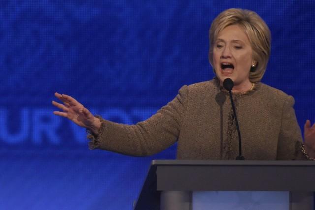 Hillary Clinton a réalisé presque un sans-faute à un débat démocrate samedi,... (Agence France-Presse)