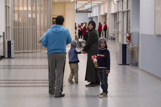 Des réfugiés arrivent à l'aéroport de Toronto.... (Chris Young, PC)