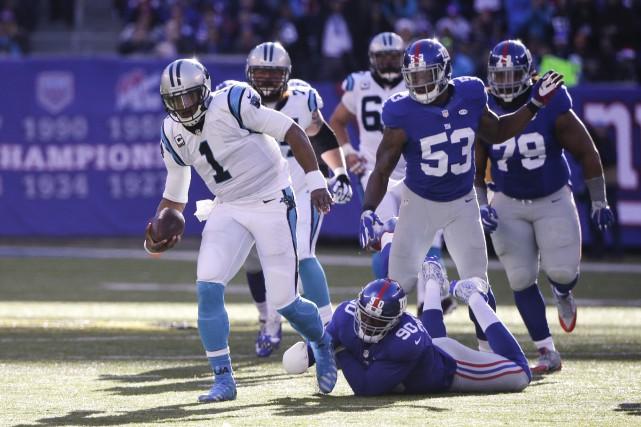 Le quart-arrière des Panthers de la Caroline Cam... (AP, Julie Jacobson)