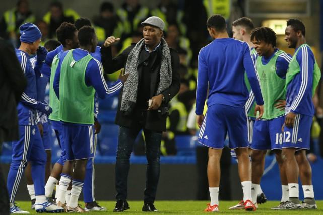 Didier Drogba félicite les joueurs de Chelsea après... (PHOTO REUTERS)