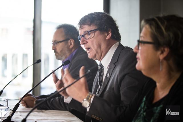 Les chefs syndicaux Daniel Boyer (FTQ), Jacques Létourneau... (PHOTO OLIVIER PONTBRIAND, LA PRESSE)