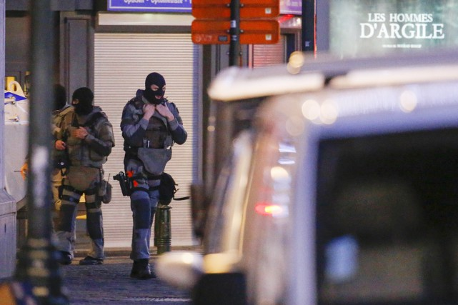 Des membres des forces spéciales belges montent la... (PHOTO YVES HERMAN, REUTERS)