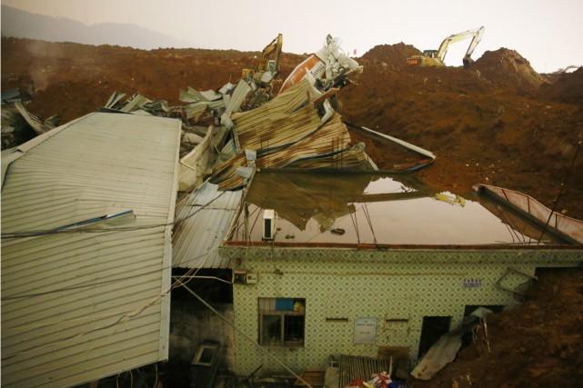 Plusieurs maisons ont été ensevelies par le glissement... (PHOTO KIM KYUNG-HOON, REUTERS)