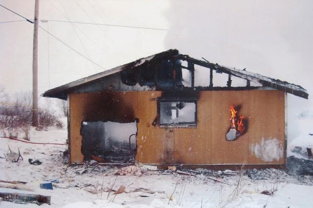 Une maison détruite par le feu dans une... (PHOTO ARCHIVES LA PRESSE CANADIENNE)