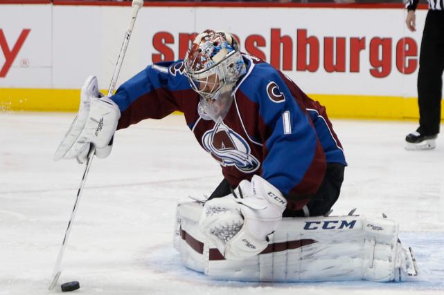 Le gardien de l'Avalanche Semyon Varlamova maintenu une... (Photo David Zalubowski, AP)