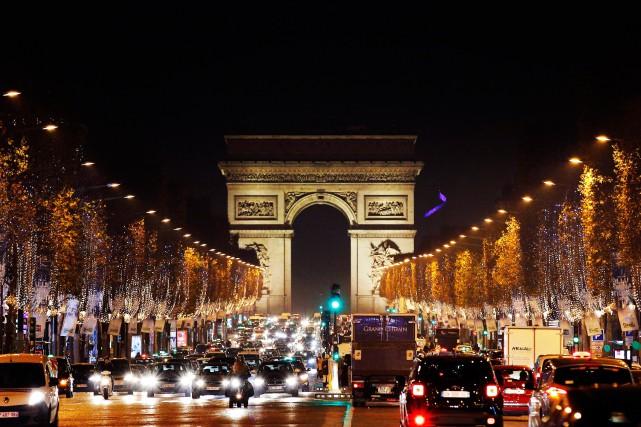 Les lumières de Noël aux Champs-Élysées.... (Photo Christophe Ena, AP)