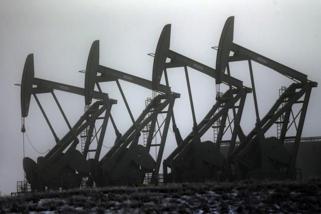 Les prix du pétrole peinaient à se reprendre lundi après avoir fortement chuté... (PHOTO ERIC GAY, ARCHIVES AP)