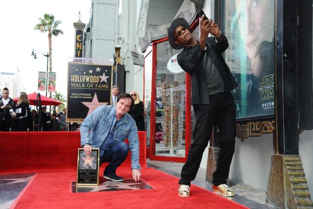 Quentin Tarantino découvre son étoile en compagnie de... (Photo AP)
