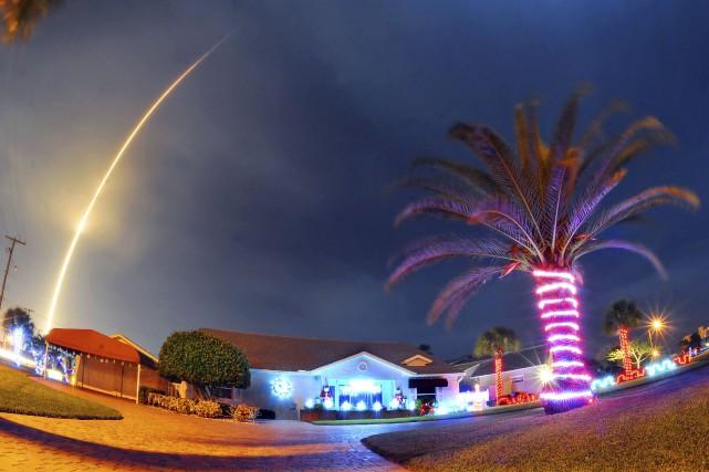 Lafusée Falcon 9 au-dessus de Cocoa Beach en... (AP, Craig Rubadoux)