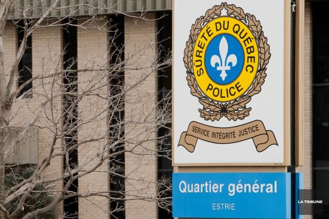 Deux voleurs armés ont brusquement fait irruption dans une résidence du secteur... (Archives La Tribune, Jessica Garneau)