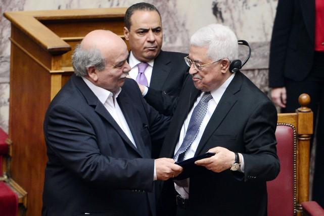 Le président du Parlement Nikos Voutsis (à gauche)... (PHOTO LOUISA GOULIAMAKI, AFP)