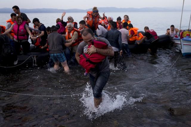 La plupart des migrants empruntent les voies maritimes... (Associated Press, Petros Giannakouris)