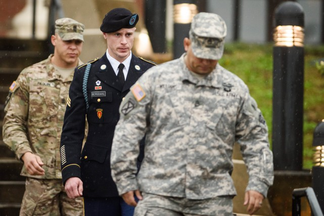 Le sergent Bowe Bergdahl (au centre) quitte le tribunal... (PHOTO ANDREW CRAFT, AP)