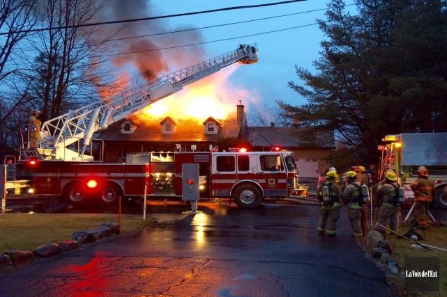 Les pompiers combattent un incendie qui a éclaté... (Alain Dion, La Voix de l'Est)